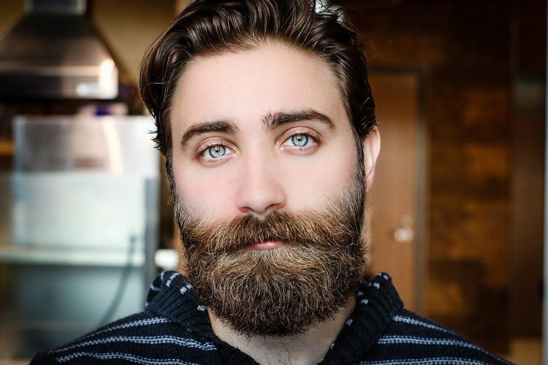 Homme barbu aux yeux bleus