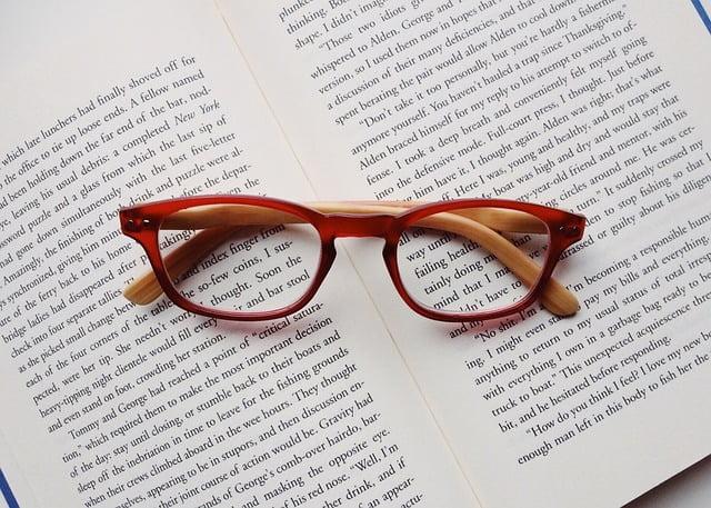 lunettes rouges sur un livre