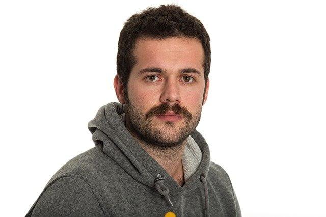 moustache et barbe de 3 jours