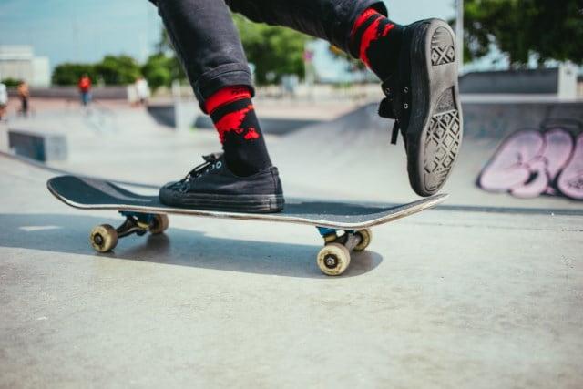 skateboard et chaussures noires